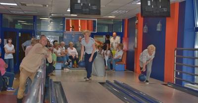 Seniorzy grają w kręgle