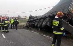 Zderzenie osobówki z ciężarówką